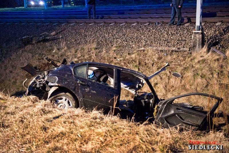 Kierowca BMW wjechał na przejazd wprost pod pędzący pociąg Fot. policja.pl/Tygodni Siedlecki/PKP PLK