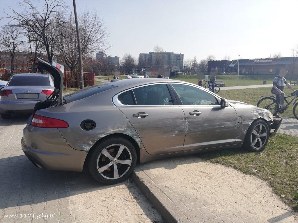 Kierowca Jaguara wjechał w ulicę Hetmańską, a następnie w ulicę Hubala, gdzie w rejonie przedszkola uderzył w metalowe słupki (fot.www.112tychy.pl)