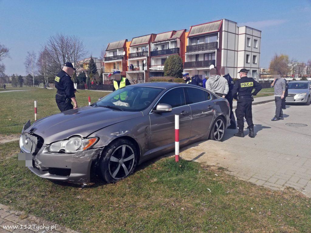 To był szaleńczy rajd ulicami Tychów! Urządził go sobie kierowca luksusowego Jaguara (fot.www.112tychy.pl)