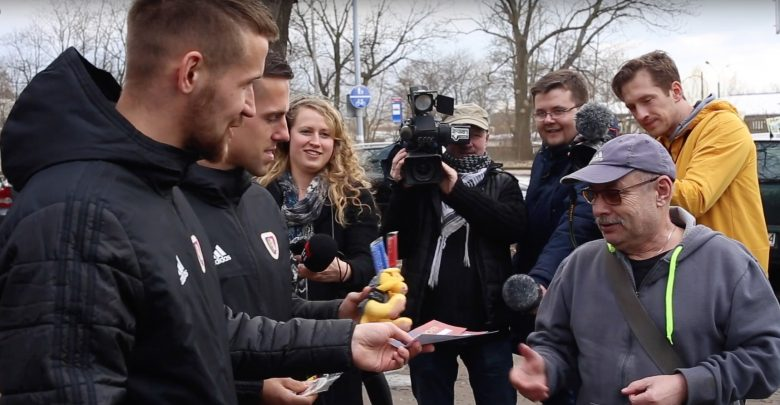 Piłkarze Piasta Gliwice w roli policjantów! Łapali kierowców, którzy nie zapinają pasów
