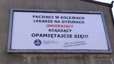 Śląskie: Pacjenci w kolejkach, lekarze na dyżurach UMIERAJĄ! Kto rozkleja takie bilbordy?