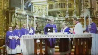 Arcybiskup musiał przerwać mszę, kiedy okazało się, że w mszalnym kielichu - zamiast wina - jest... whisky! źr: youtube.com/il malti