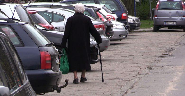 Pracownicy banku ochronili seniorkę przed oszustami [WIDEO]