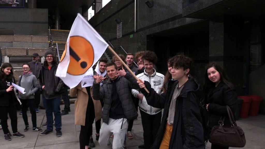 """Murem za nauczycielami, ale poza murami szkoły. Bo dziś uczniowie wyszli na ulice. Tak było na słynnej """"Patelni"""" w Sosnowcu"""