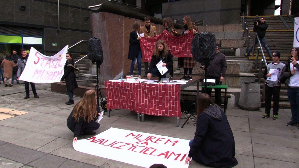 Murem za nauczycielami! Uczniowie wyszli na ulice solidarni ze strajkującymi