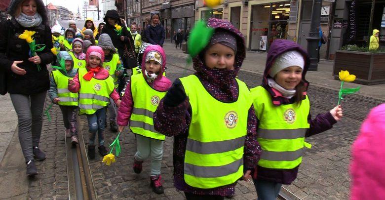 Centrum Katowic zakwitło dziesiątkami żonkili. Żółty Marsz Nadziei, przeszedł ulicą 3 Maja z katowickiego Rynku do Placu Wolności