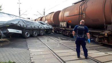 Pijany kierowca tira staranował szlaban i wjechał pod pociąg towarowy [ZDJĘCIA] (fot. Policja Lubuska)