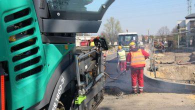 Tychy: Kładą asfalt na Grota-Roweckiego (fot. UM Tychy)