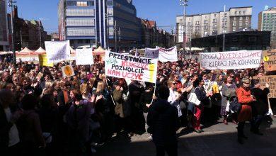"""""""Trzymajmy się razem!"""" Manifestacja poparcia dla strajkujących nauczycieli w Katowicach ściągnęła tłumy"""