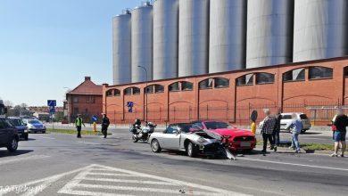 Zderzenie dwóch samochodów osobowym miało miejsce w piątek, 19 kwietnia na skrzyżowaniu ulic Katowickiej i Sadowej w Tychach. Zderzyły się osobowe Fiat i Ford (fot.www.112tychy.pl)