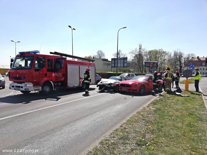 Zderzenie dwóch osobówek na Katowickiej w Tychach. Do wypadku doszło w rejonie skrzyżowania przy pobliskim browarze (fot.www.112tychy.pl)
