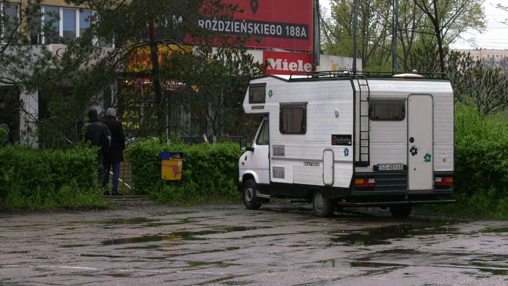 Gigantyczna kolejka, spanie w kamperze i stacze, pilnujący miejsc. Dantejskie sceny i walka o dofinansowanie szkoleń przed Funduszem Górnośląskim w Katowicach