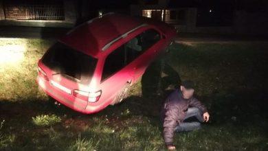 Wracając po służbie do domu naczelnik Wydziału Kryminalnego KWP w Katowicach zauważył w przydrożnym rowie samochód z włączonym silnikiem (fot.policja)