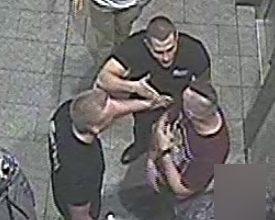 Brutalne pobicie Ukraińca w Zabrzu! Policja poszukuje trzech młodych mężczyzn, których uchwycił monitoring, publikuje ich zdjęcia i prosi o pomoc w namierzeniu napastników (fot. KMP Zabrze)