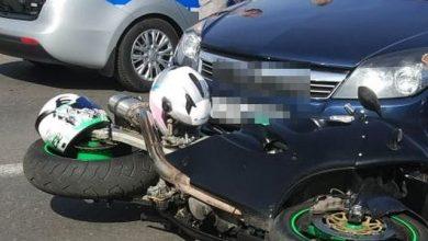 Żory: motocyklem po chodnikach, między pieszymi. Ucieczkę przed policją skończył na kolizji z radiowozem