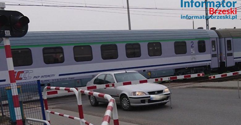 Sterkowiec: o krok od tragedii! Pociąg przejechał tuż za samochodem [WIDEO]