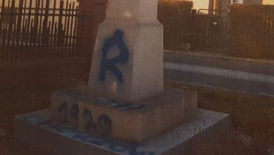Pseudokibice Ruchu zniszczyli zabytkowy krzyż w Mikołowie