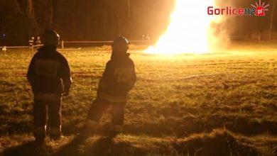 Na polu pod Gorlicami pilnują dużej, samoistnej erupcji gazu i ropy naftowej. Płonący słup gazu widać z daleka youtube.com/Gorlice112.pl