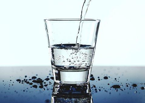 Woda mineralna: jaką wybrać? Jak przechowywać wody butelkowe?