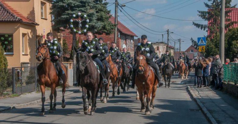 Wspaniała procesja konna w Ostropie. Idealny plan na Lany Poniedziałek