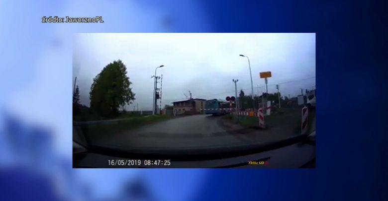 Szok i niedowierzanie! Kierowca miejskiego autobusu wjechał pod szlaban na przejeździe!