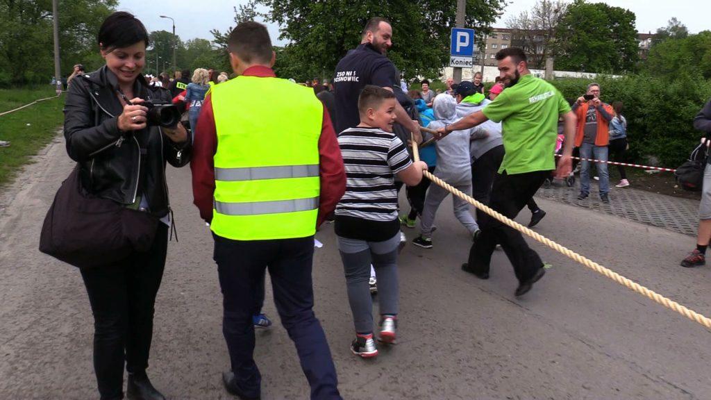 Sosnowiec: 188 osób przeciągało na linie autokar. Nowy REKORD POLSKI ustanowiony!