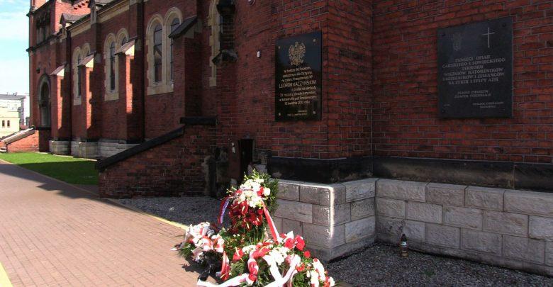 Sosnowiec: Policja już wie, kto zniszczył tablicę pamięci ofiar Katastrofy Smoleńskiej. To 75-letnia mieszkanka Sosnowca [WIDEO] (fot.mat.TVS)