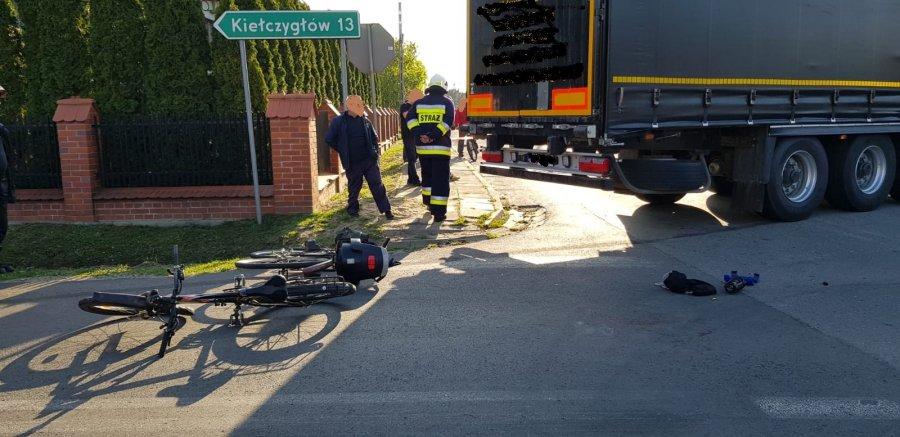 Rowerzystki wyjechały prosto pod TIRa! Kierowca ratując siebie i je wjechał do ogrodu (fot.KMP Bełchatów)