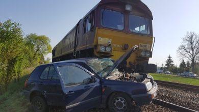 Wypadek na przejeździe kolejowym. Kobieta jadąca golfem zderzyła się z lokomotywą (fot.Policja Warmińsko-Mazurska)