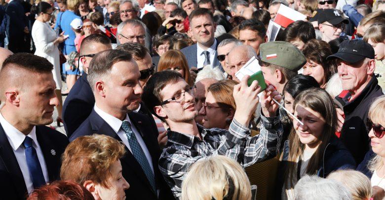 Prezydent Andrzej Duda odwiedził dziś Mysłowice i Świętochłowice, gdzie spotkał się z mieszkańcami tych miast. Prezydentowi towarzyszył wojewoda śląski Jarosław Wieczorek (fot.ŚUW)