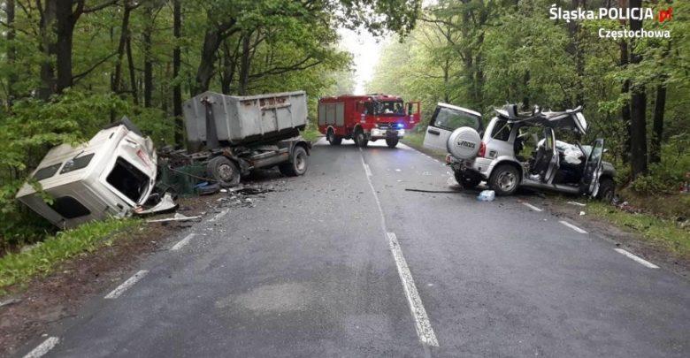Śląskie: Śmiertelny wypadek w Srocku [FOTO] Nie żyje kierowca vitary (fot.KMP Częstochowa)