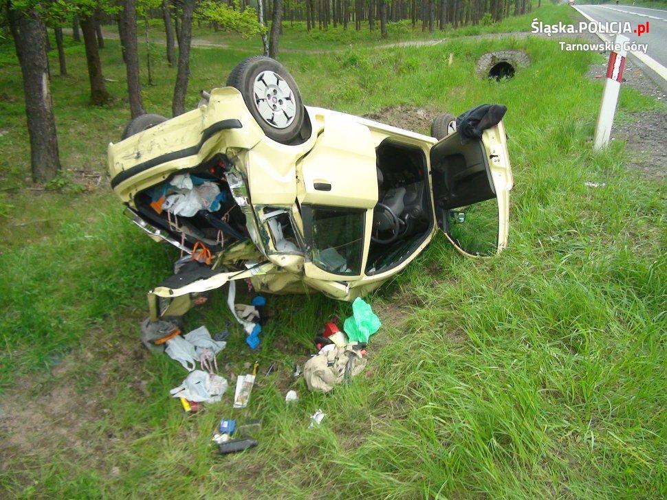 Groźny wypadek na DK 11 w Tworogu [ZDJĘCIA] Samochód wypadł z drogi i dachował (fot. KMP Tarnowskie Góry)