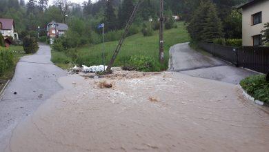 Zapadła decyzja o ewakuacji części mieszkańców gminy Wilkowice. Zbiornik retencyjny jest napełniony do maksimum, wodę starają się odpompować strażacy (fot. Urząd Gminy Wilkowice)