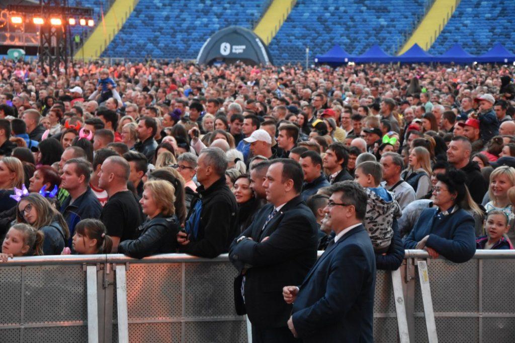 """Ponad 41 tysięcy osób na Stadionie Śląskim bawiło się przy wstępach 20 polskich i zagranicznych wykonawców podczas imprezy """"Roztańczony Śląski"""" (fot.slaskie.pl)"""