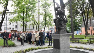 """Rzeźba """"Wiktorii rzucającej wieniec"""" oraz odrestaurowany zieleniec przy Katowickim Centrum Onkologii zostały oddane do użytku pacjentów i odwiedzających (fot.slaskie.pl)"""