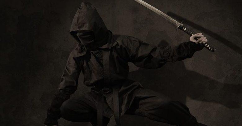 Śląskie: Wymachiwali samurajskimi mieczami tuż przed centrum handlowym!