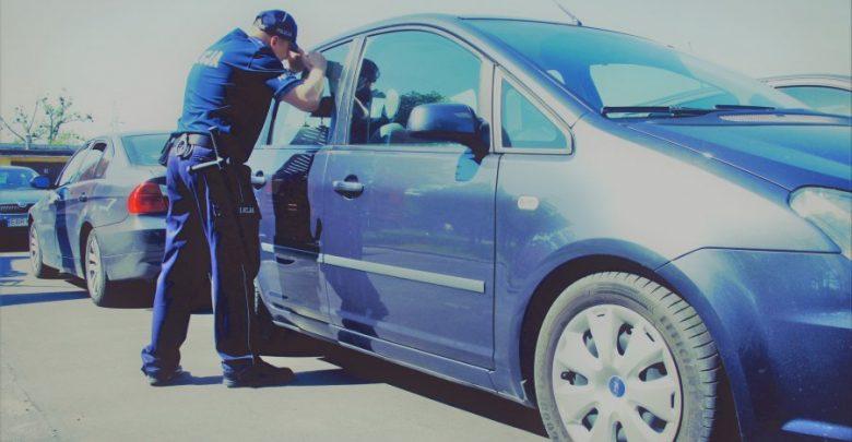 Zostawił wnuczkę w nagranym samochodzie i poszedł na zakupy. Dziadkowi grozi do 5 lat więzienia (fot.policja.pl)