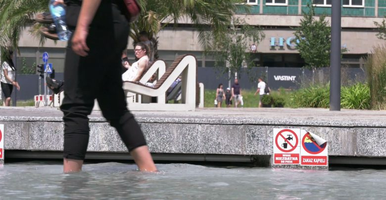 Kąpiel w fontannie najlepszym sposobem na upał? Na groźną chorobę na pewno!