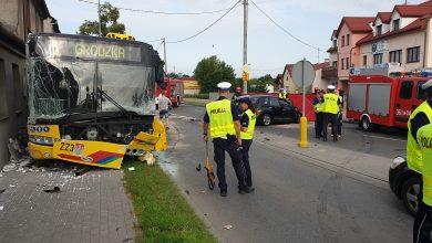 Czołowe zderzenie chryslera z autobusem komunikacji miejskiej [ZDJĘCIA] Nie żyje 49-letnia kobieta (fot.Policja Kujawsko-Pomorska)