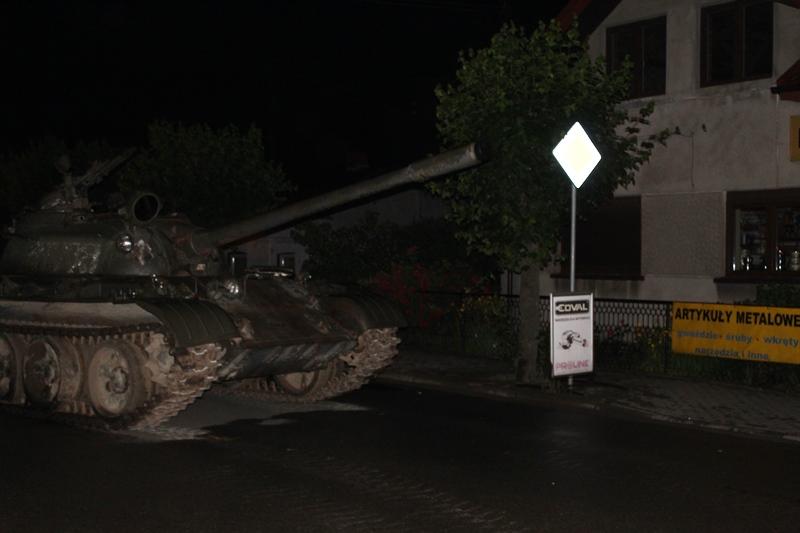 Pijany mężczyzna wyjechał na ulice miasta czołgiem! Ma teraz gigantyczne kłopoty (fot.Policja Pajęczno)