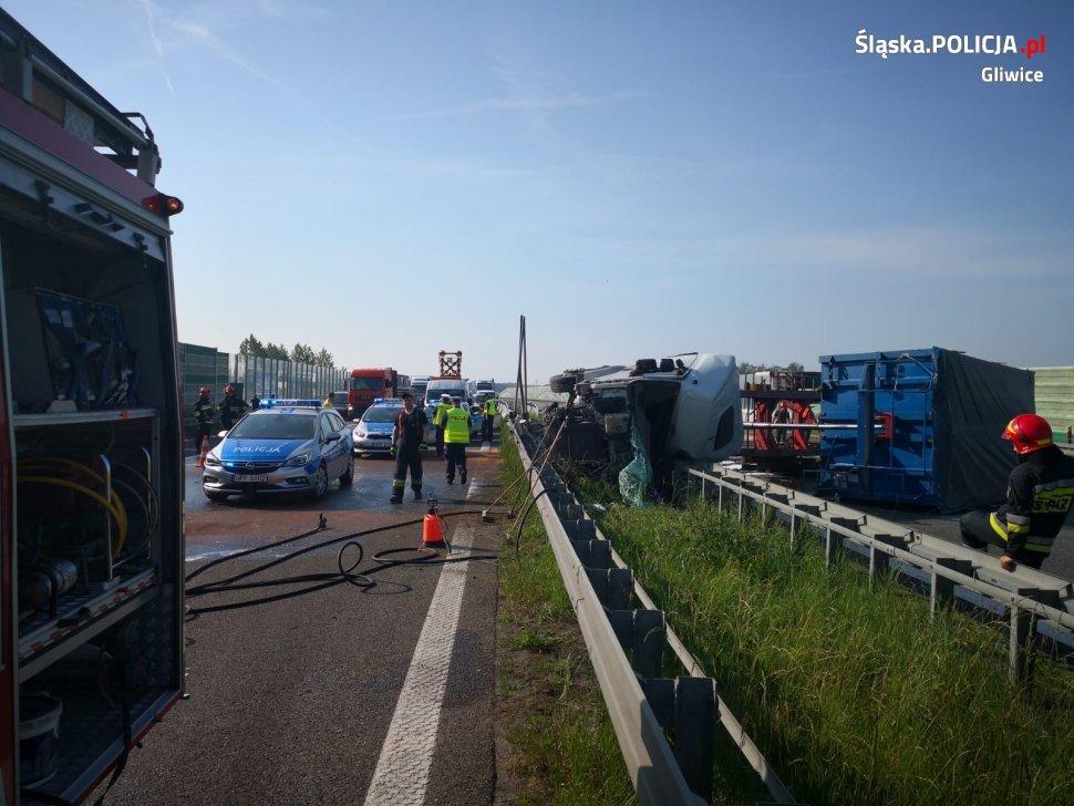 Wypadek na autostradzie A4 w Gliwicach. Autostrada zablokowana w obu kierunkach! (fot.KMP Gliwice)