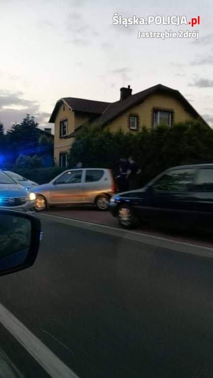 Śląskie: Policjanci w szoku ;-) Pijany kierowca chciał się schować pod deską rozdzielczą Seicento!(fot.policja)