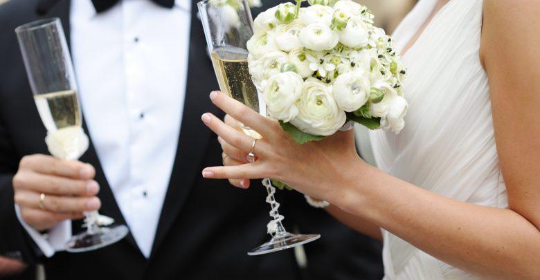 Jak zaoszczędzić na weselu? Zobacz, z czego warto zrezygnować podczas przygotowań!