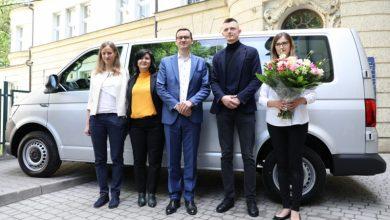 Premier Morawiecki odwiedził sześcioraczki i ich rodziców. Rodzina dostała w prezencie 9-osobowe auto (fot.premier.gov.pl)