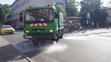 Gdy upał doskwiera i prawie roztapia asfalt, polewaczka ułatwia życie kierowcom i przechodniom przemierzającym śródmieście Gliwic (fot.UM Gliwice/ZDM Gliwice)