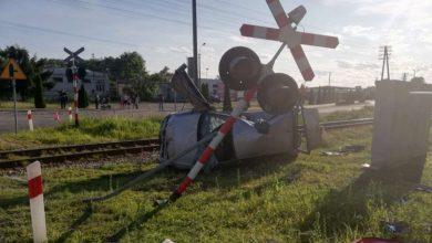 Tragiczny wypadek na przejeździe kolejowym. Kierowca volkswagena zignorował czerwone światło (fot.Policja Kujawsko-Pomorska)