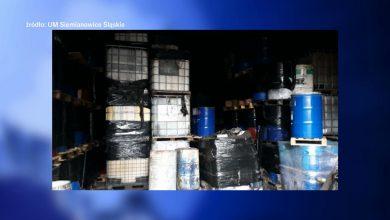 Niebezpieczny, śmieciowy problem na jednej z posesji przy ul. Wyzwolenia w Siemianowicach Śląskich. Ktoś podrzucił na prywatny teren odpady