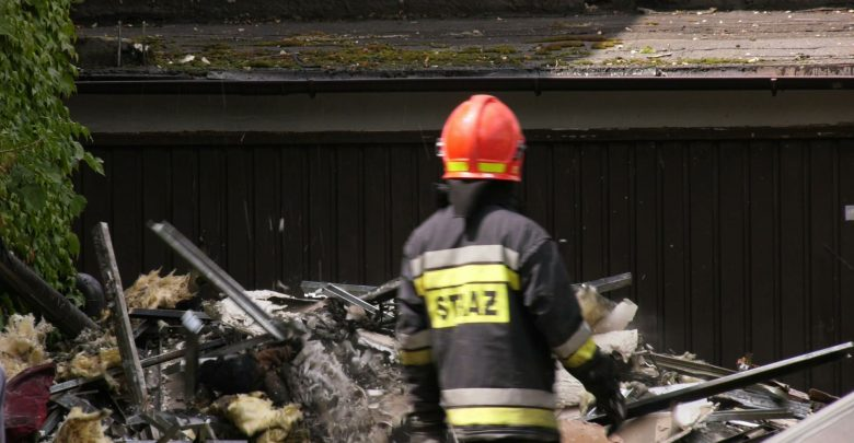 Pożar kamienicy w Mikołowie przy ulicy Bluszcza. Straż pożarna otrzymała zgłoszenie po godzinie 9.00 w środę, 17 lipca