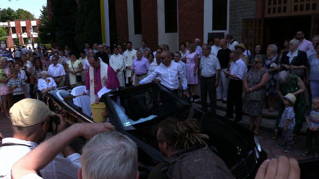 Po eucharystii kapłan poświęcił z jadącego Mercedesa Cabrio wszystkie zgromadzone wzdłuż drogi pojazdy, a także kierowców