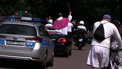 Tychy: Biskup z jadącego kabrioletu poświęcił samochody i motocykle